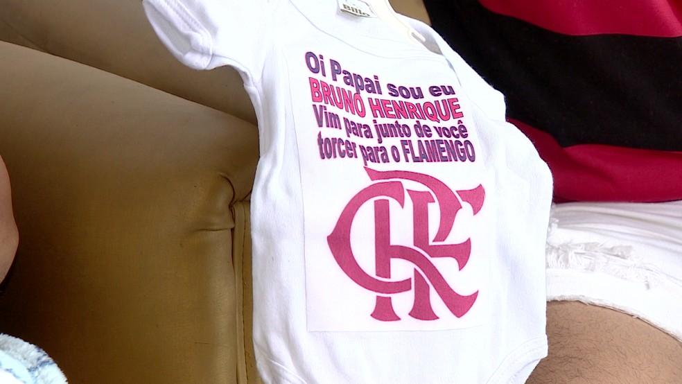 """Encomendaram uma camisa com o nome de """"Bruno Henrique"""", primeira sugestão de nome — Foto: Reprodução"""