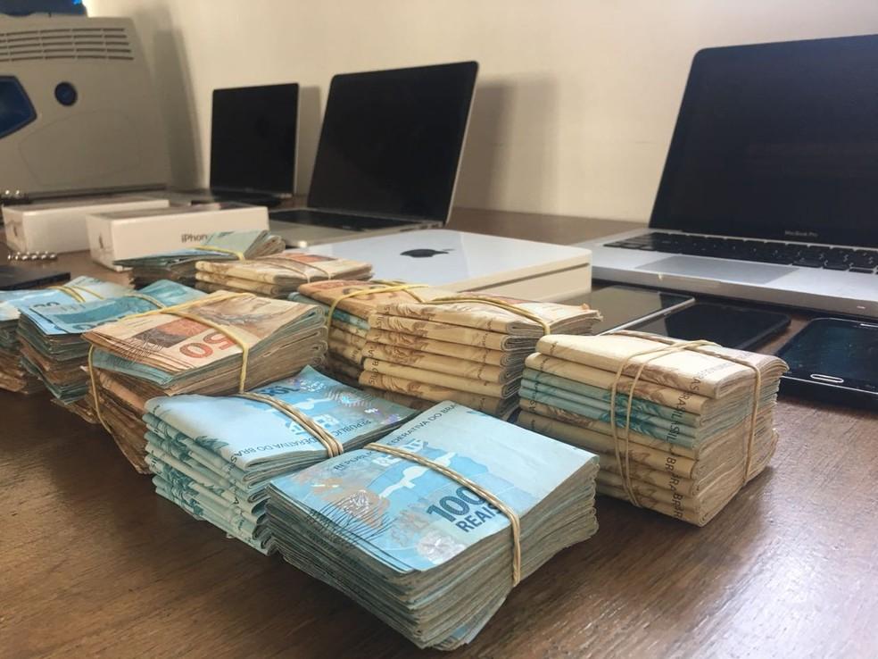 Polícia apreendeu mais de R$ 100 mil em dinheiro (Foto: Polícia Civil/Divulgação)