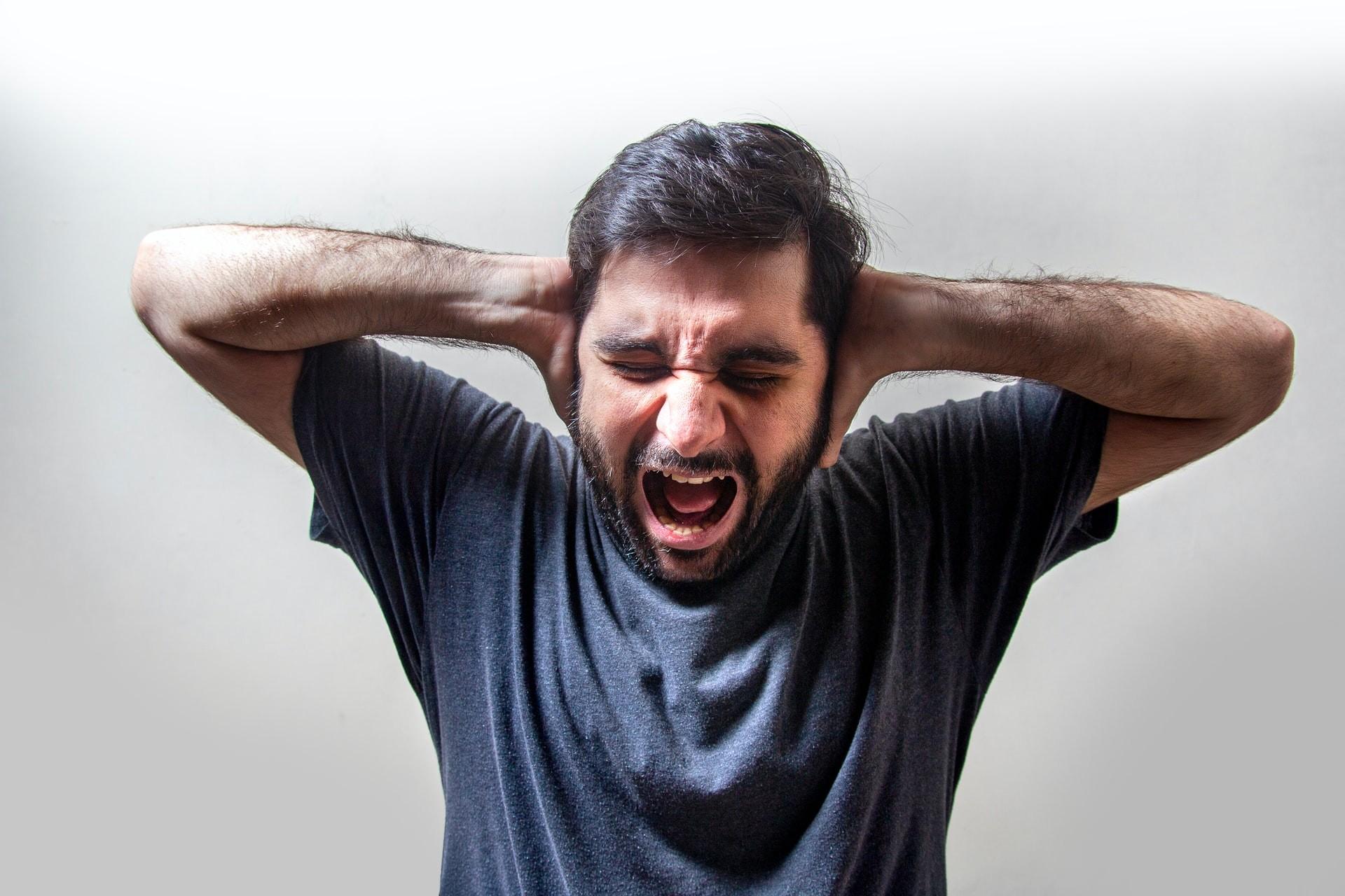"""Os zumbidos nos ouvidos podem ter piorado com quadros de """"Covid longa"""" (Foto: Usman Yousaf / Unsplash)"""