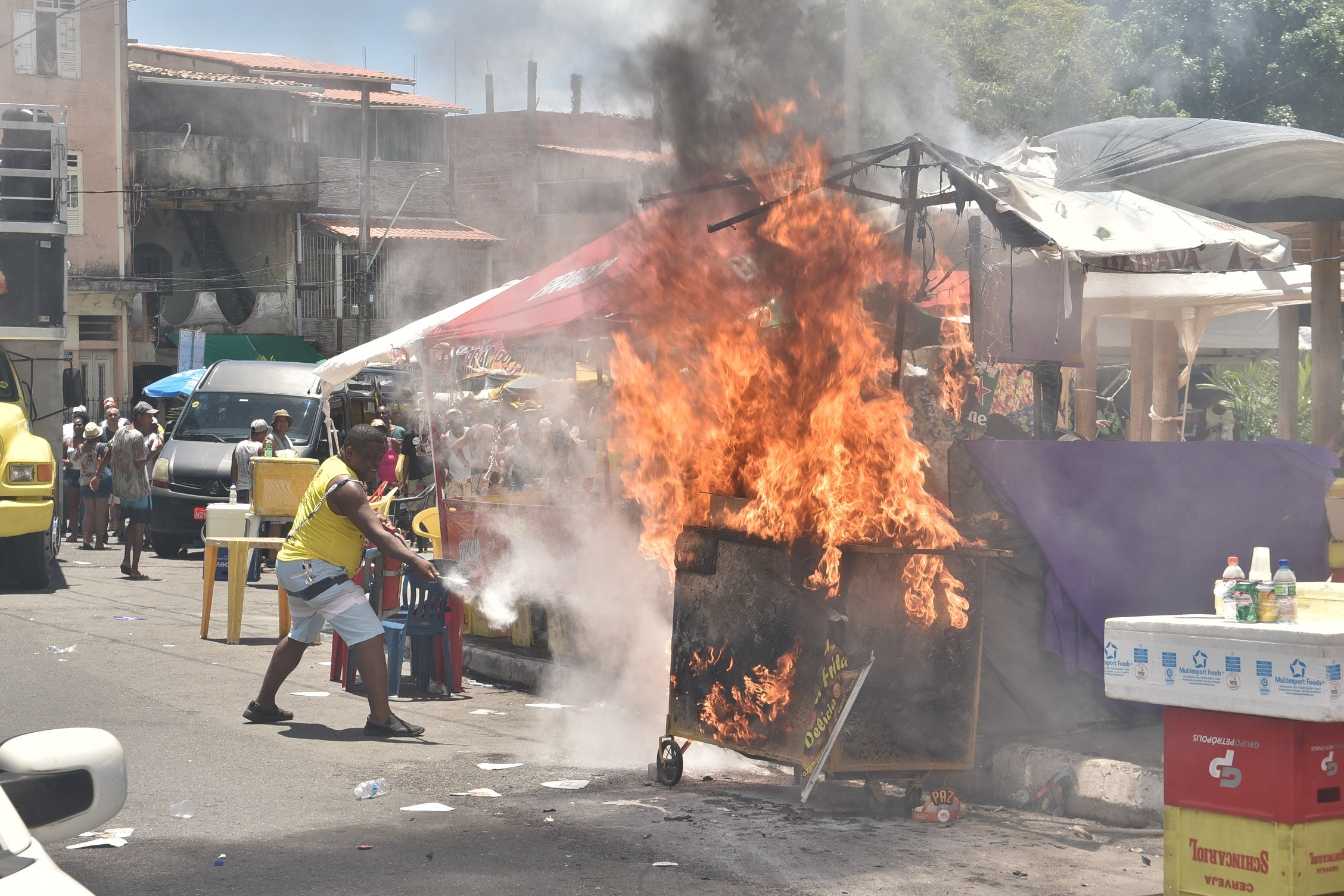 Carrinho de ambulante pega fogo durante 'Mudança do Garcia', em Salvador