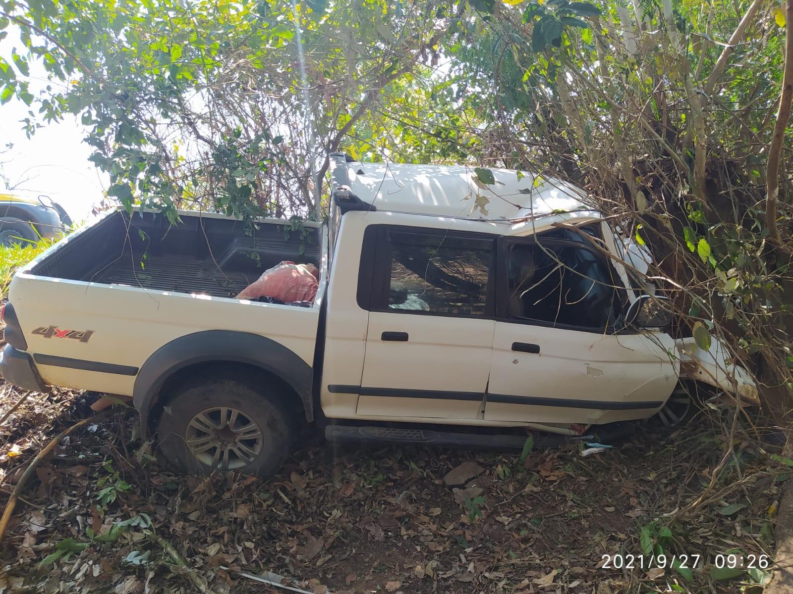Adolescente de 14 anos fica em estado grave após caminhonete sair da rodovia e bater em árvore no Acre