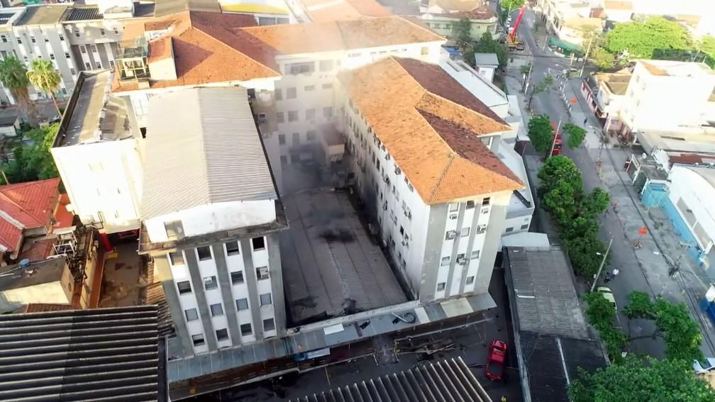 Ainda saía fumaça do Prédio 1 do Hospital Federal de Bonsucesso na manhã desta quarta (28) — Foto: Reprodução/TV Globo