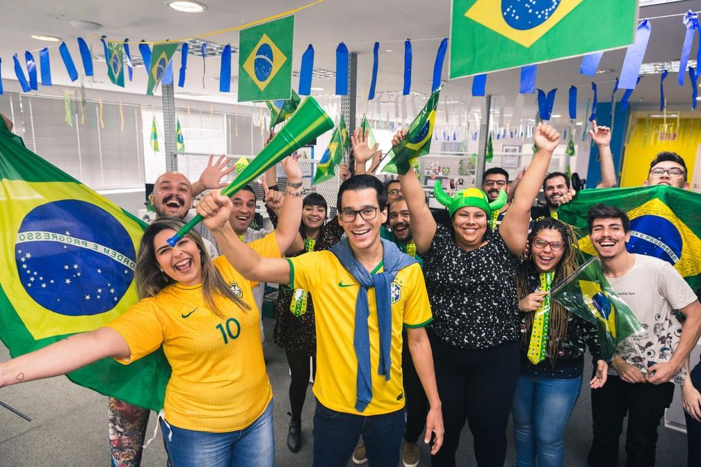 Eduardo L'Hotellier, CEO do GetNinjas (meio), acha importante as empresas motivarem os funcionários a torcer pelo Brasil e confiar que o trabalho será feito em outro momento (Foto: Marcelo Brandt/G1)