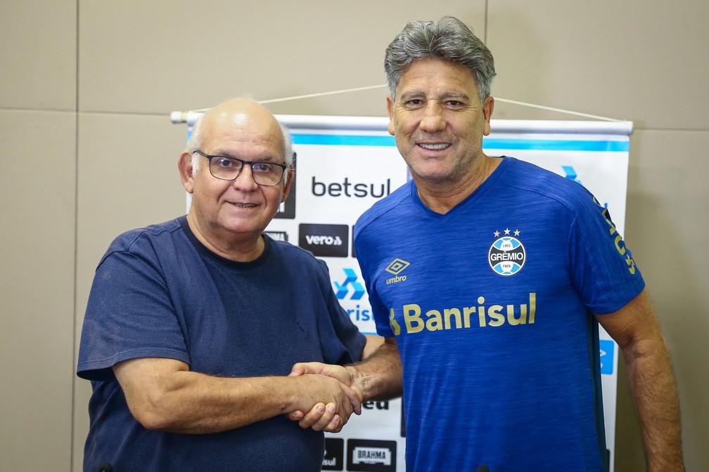Renato e o presidente Romildo Bolzan Jr — Foto: Lucas Uebel/Divulgação Grêmio