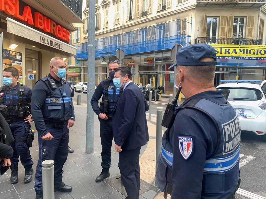 O prefeito de Nice, Christian Estrosi, conversa com a polícia municipal no local do ataque a faca — Foto: Reprodução/Twitter
