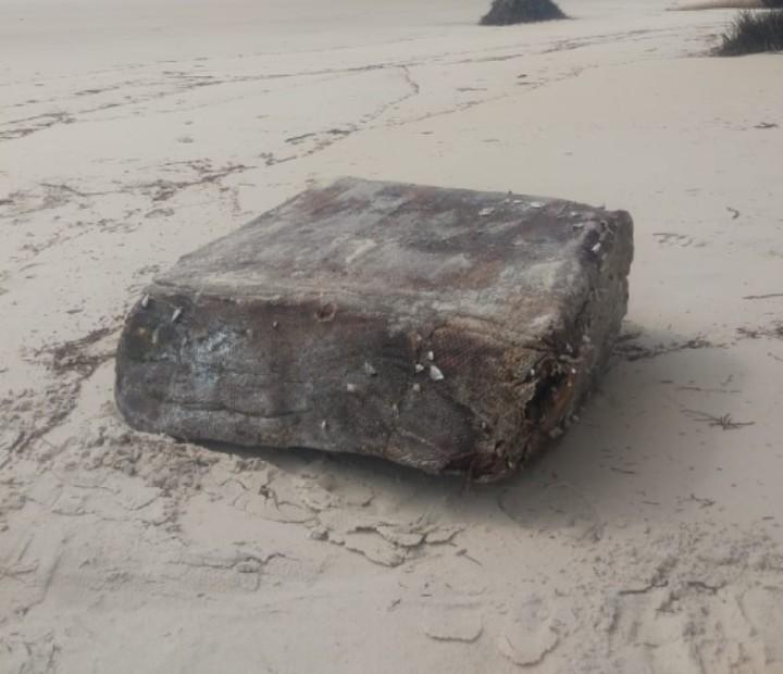 Após fim do mistério, novo fardo de navio nazista aparece em praia de Una, no sul da Bahia