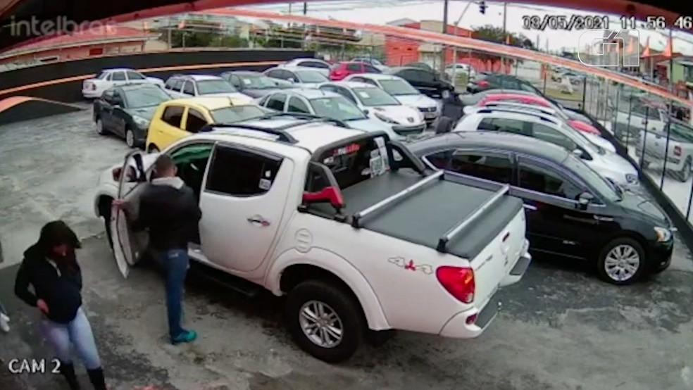 Caminhonete foi levada, mas uma das suspeitas foi presa. — Foto: Reprodução/Câmera de Segurança