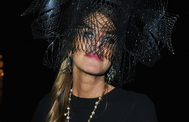Por trás do maxichapéu, Anna Dello Russo também esconde o make acompanhando o dress code da noite (Foto: Getty Images e Reprodução)