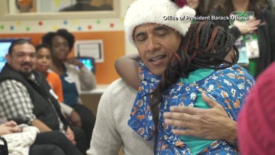 Obama entrega presentes de Natal para crianças em hospital de Washington