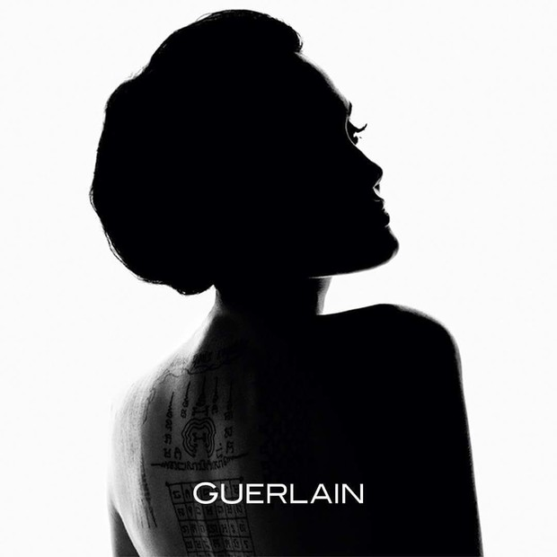 Angelina Jolie na nova campanha para a marca francesa Guerlain (Foto: Reprodução / Instagram)