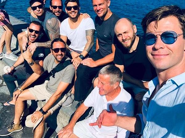 Chris Hemsworth com a equipe do quarto filme da franquia Homens de Preto (Foto: Instagram)
