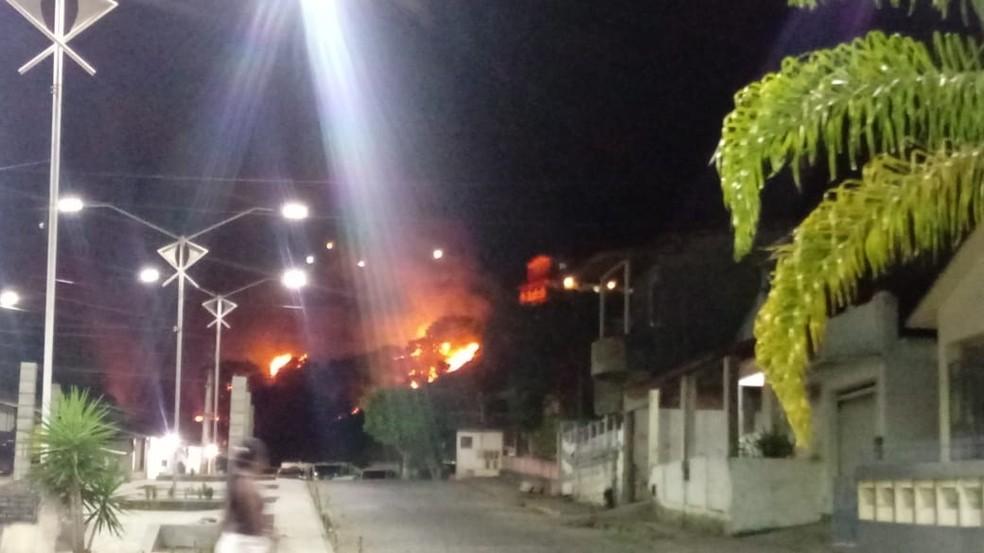 Chamas ocorreram em uma região que fica no centro da cidade, por volta das 20h. Não há detalhes sobre as circunstâncias, nem o que pode ter contribuído para o incêndio. — Foto: Redes Sociais