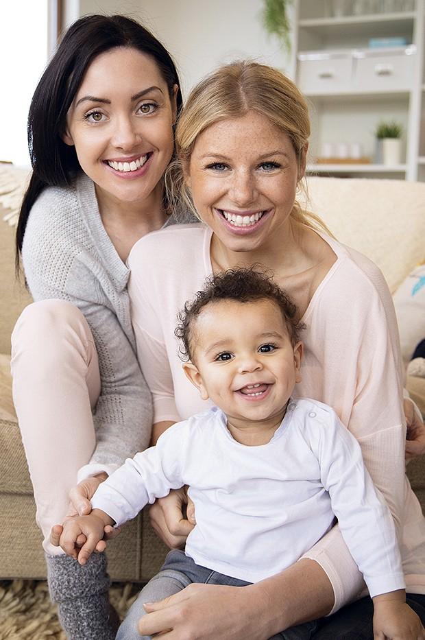 Duas mães com um bebê (Foto: Thinkstock)