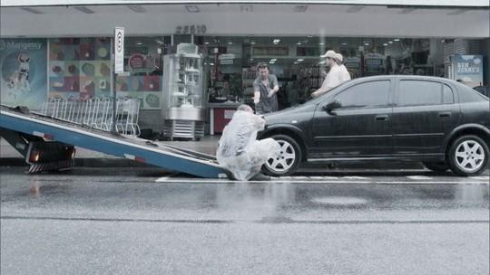 Infratores: Tony estaciona em lugar proibido e tem carro guinchado pela polícia
