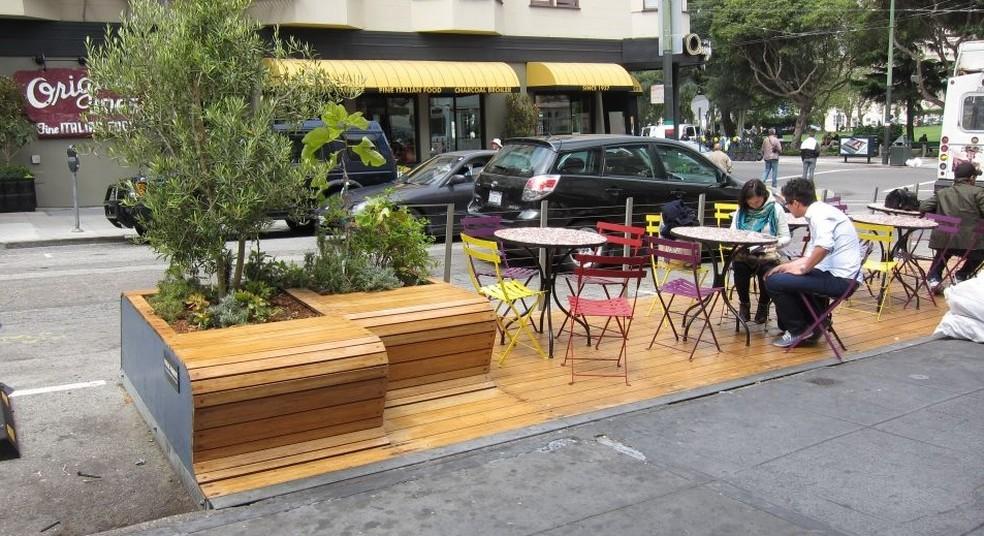 -  Os parklets são áreas de convivência abertas ao público instaladas no lugar de vagas de estacionamento  Foto: Divulgação/ Prefeitura de Maringá