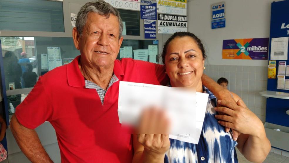 Fidelcílio foi receber o prêmio com a mulher — Foto: Ianara Garcia/TVCA