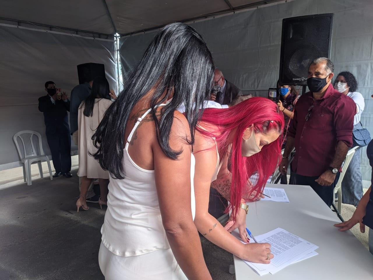 Mais de 150 casais LGBTQIA+ se casam em cerimônia coletiva em Maceió