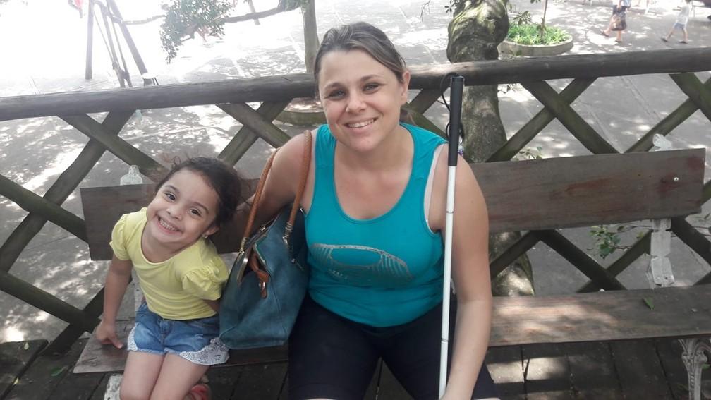Carla ao lado da filha, Vitória, na foto usada como modelo em 3D, Piracicaba — Foto: Carla Neves/Arquivo pessoal