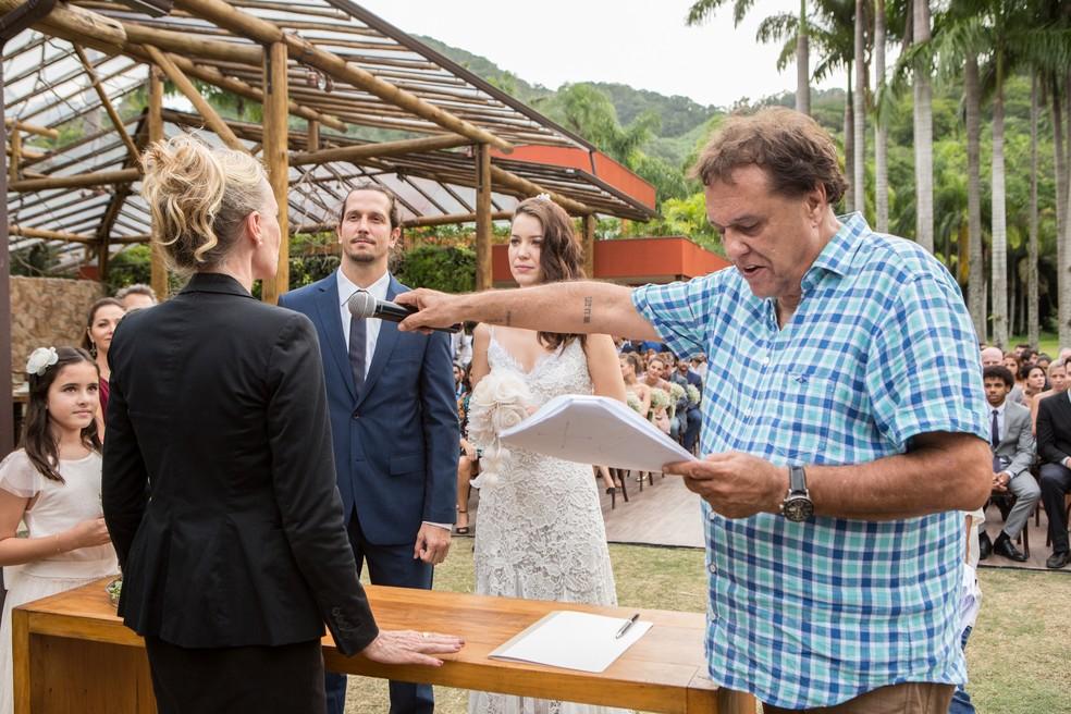 Dennis Carvalho ensaia a cena com Vladimir e Nathalia (Foto: Felipe Monteiro/Gshow)