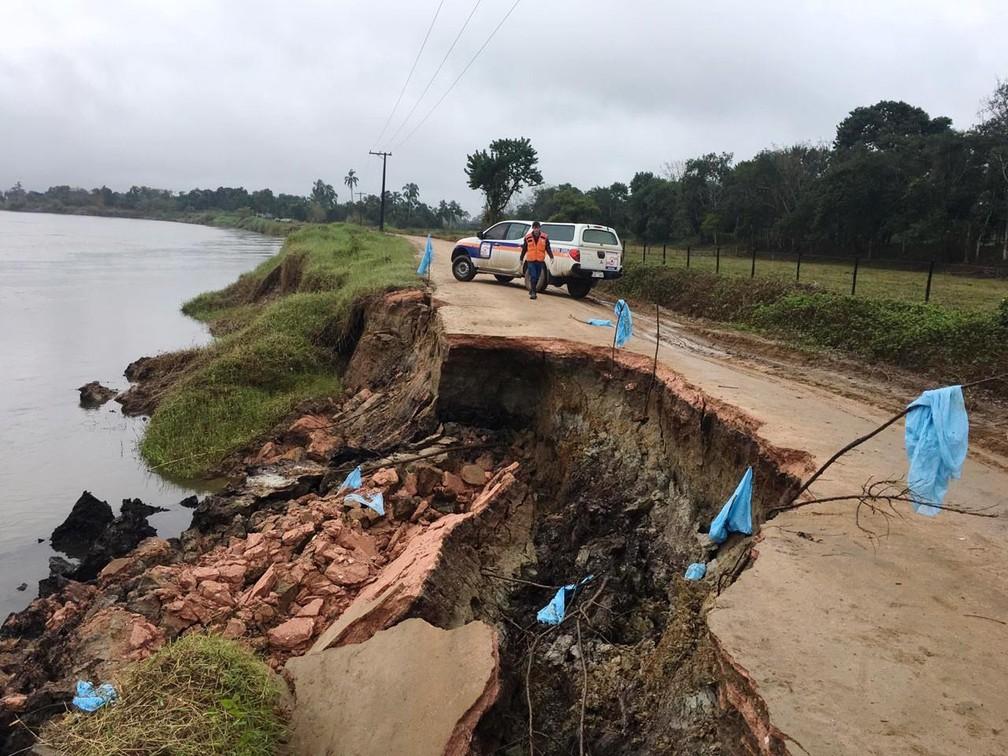 Cratera em estrada de Registro (SP) foi aberta por conta de erosão no Rio Ribeira de Iguape  — Foto: Divulgação/Prefeitura de Registro