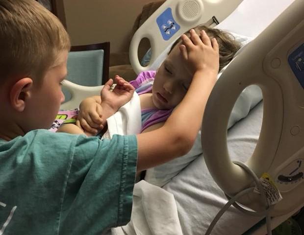 Jackson se despede da irmã, Addy, duas horas antes de ela falecer (Foto: Reprodução/ Facebook)