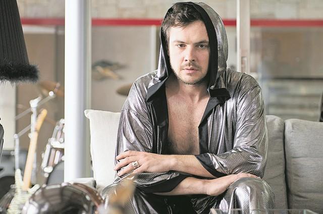 Sergio Guizé em 'O homem perfeito' (Foto: Divulgação)