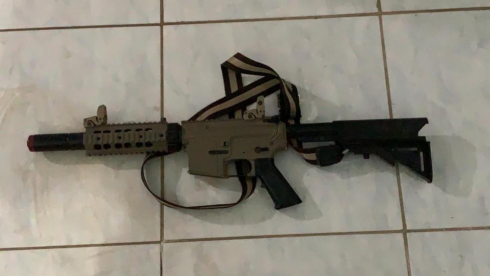 Foi apreendido com eles um fuzil de mentira, que é utilizado para jogar airsoft — Foto: Polícia Militar/MT
