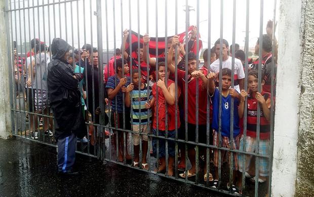 Com torcida barrada no estádio, Fla faz único treino sob chuva em Belém