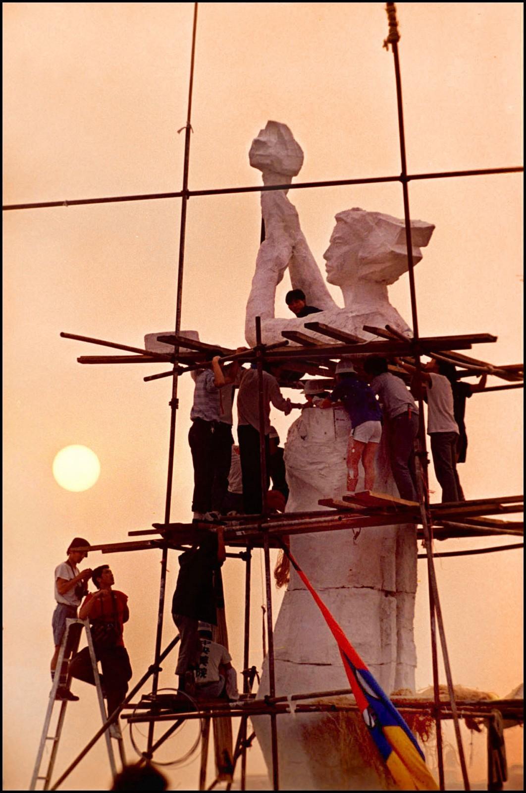 """Estudantes erguem a """"Deusa da Democracia"""", na Praça da Paz Celestial, durante manifestações na China, em 1989"""
