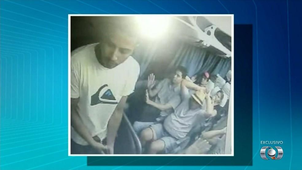 Assalto aconteceu em um ônibus na BR-153 (Foto: Reprodução/TV Anhanguera)