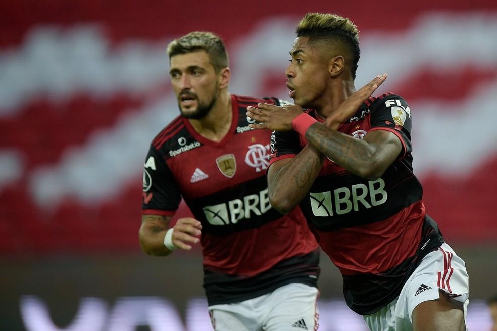 Bruno Henrique e Arrascaeta comemoram gol do Flamengo contra o Independiente del Valle — Foto: Staff Images / CONMEBOL