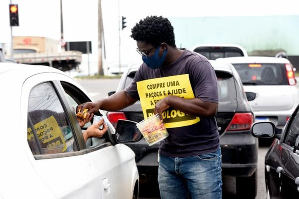 Landerson vende paçocas em sinais de trânsito em Vila Velha — Foto: Carlos Alberto Silva/A Gazeta