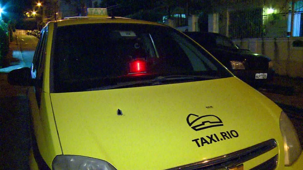 Criminosos e policiais civis trocaram tiros em São Cristóvão, na Zona Norte do Rio — Foto: Reprodução/ TV Globo