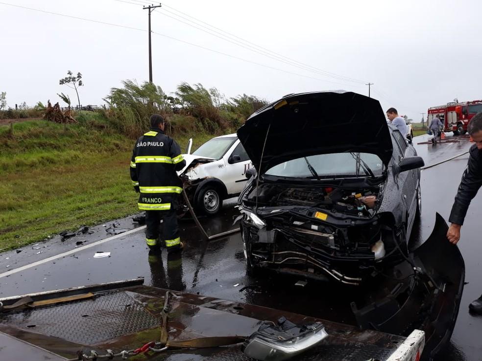 Carros bateram de frente em rodovia de Tupã (SP) — Foto: João Trentini