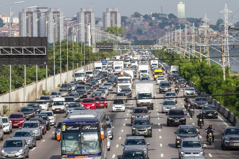 Motoristas enfrentam trânsito intenso na Marginal Pinheiros, sentido bairro, na altura da Raia da USP, na zona sul de São Paulo — Foto: Marivaldo Oliveira/Código 19/Estadão Conteúdo