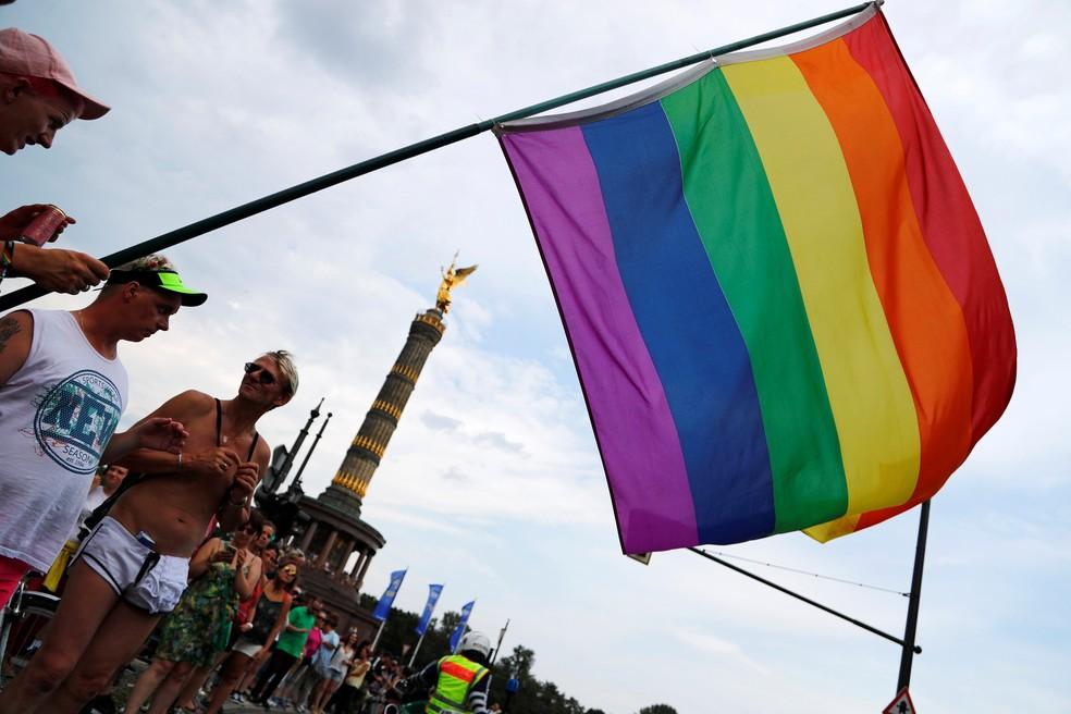 Bandeira do orgulho gay vista durante parada em Berlim (Foto: Fabrizio Bensch/Reuters)