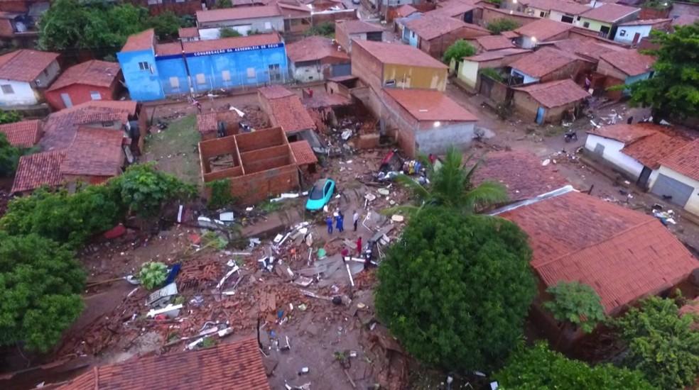 Imagem aérea mostra destruição no Parque Rodoviário.  — Foto: Magno Bonfim/TV Clube
