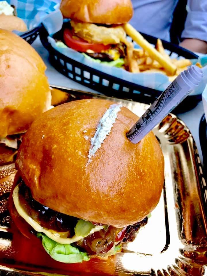 Hambúrguer na Austrália ganha pó de alho para fingir que é cocaína (Foto: Pablo's Escoburgers/Facebook)