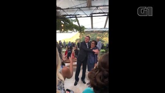 Presidente Jair Bolsonaro cumprimenta convidados no casamento do filho, Eduardo Bolsonaro