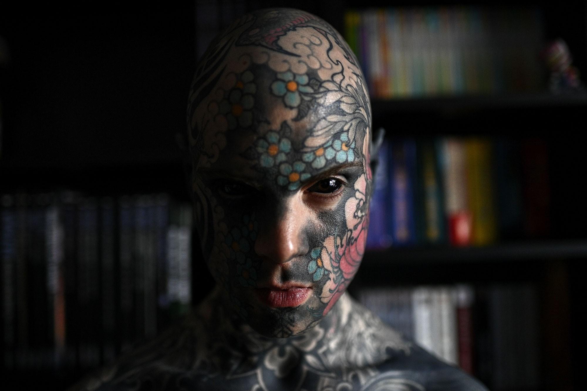 Tatuado, professor diz que foi impedido de lecionar em jardim de infância na França
