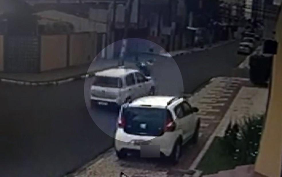 Motorista jogou carro em cima de moto onde estavam assaltantes — Foto: Reprodução/TV Bahia