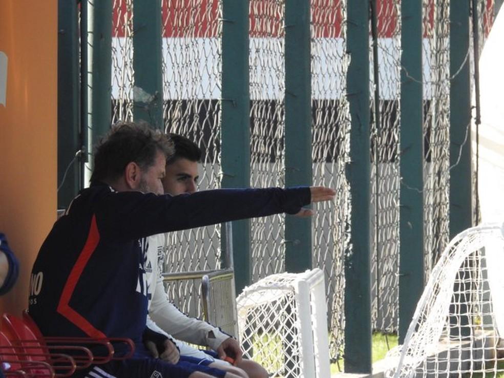Cuquinha conversa com Liziero em treino do São Paulo — Foto: Eduardo Rodrigues