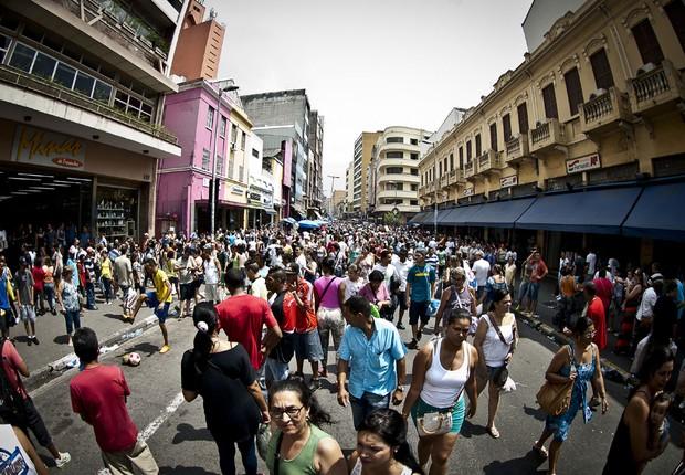 Comércio de rua ; varejo ; compras ; população do Brasil ; PIB do Brasil ; população brasileira ; consumo ;  25 de Março em São Paulo (Foto: Marcelo Camargo/Agência Brasil)