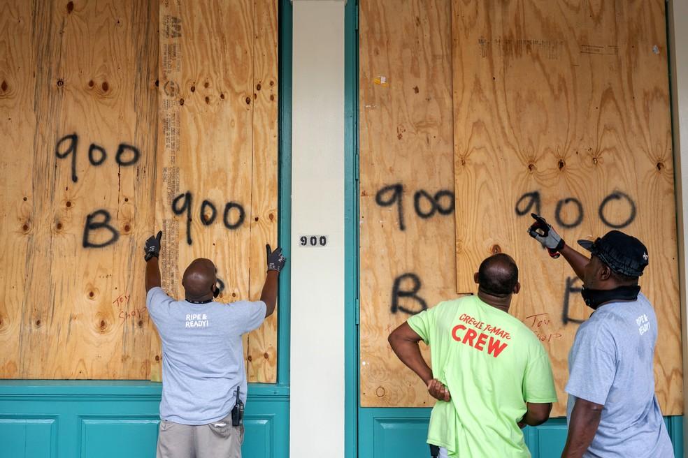 Trabalhadores colocam tapumes em comércios do French Quarter de New Orleans, nos EUA, nesta segunda-feira (14), antes de passagem do furacão Sally — Foto: Kathleen Flynn/Reuters