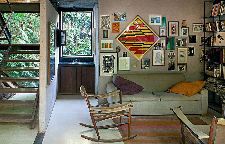 """Já experimentou """"entortar"""" um quadro e pendurá-lo na forma de losango? Foi o que fez o artista e arquiteto carioca Mário Fraga. Ele completou a parede com quadrinhos menores"""