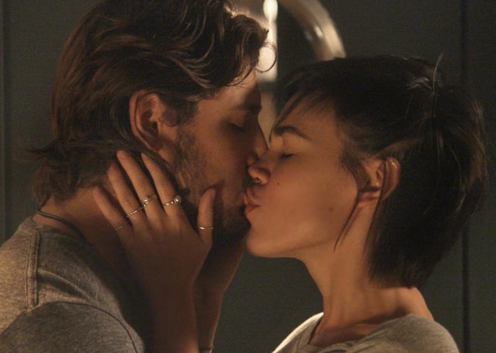 Rafael (Daniel Rocha) e Leila (Carla Salle) têm primeira noite de amor — Foto: TV Globo