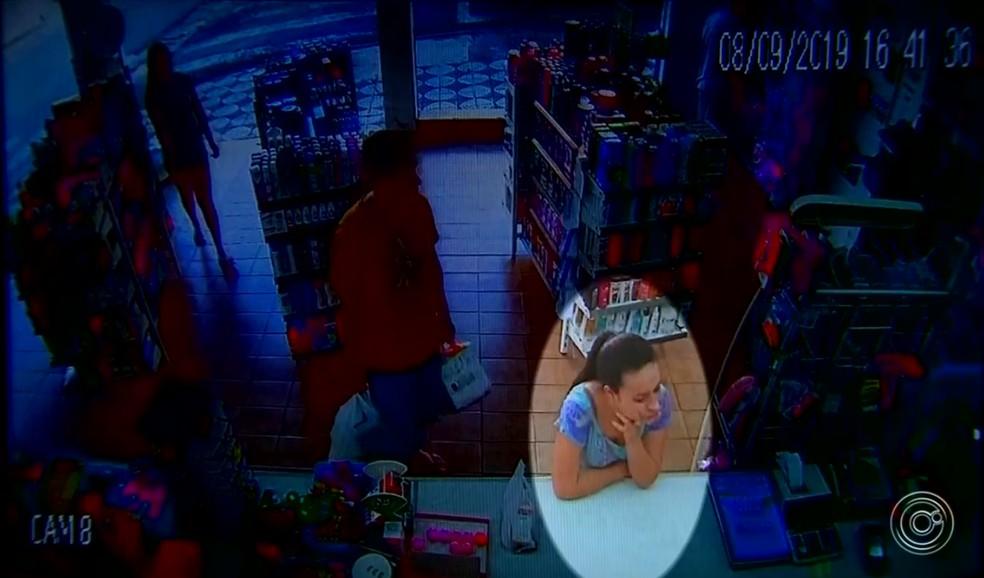 Câmera registrou jovem dentro de farmácia momentos antes de desaparecer em Alumínio — Foto: Reprodução/TV TEM