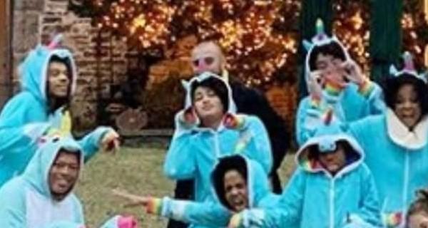 O indivíduo com o terno preto na foto de família compartilhada pela filha da cantora Diana Ross (Foto: Instagram)