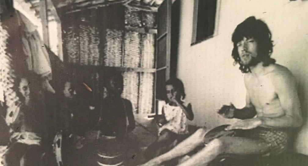 Mick Jagger foi fotografado na aldeia, em 1969 — Foto: Divulgação/Arquivo pessoal