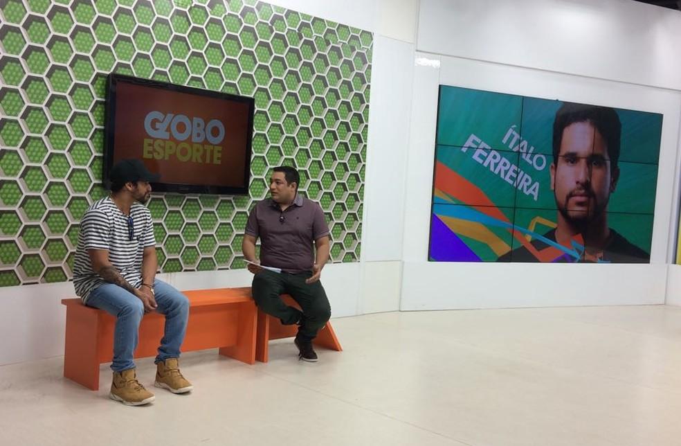 Ítalo Ferreira participa de entrevista no Globo Esporte RN (Foto: Augusto Gomes/GloboEsporte.com)